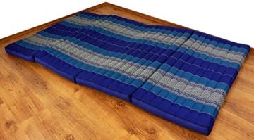 Blaue Kapok Klappmatratze auf dem Boden